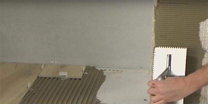 Nie vždy sa používa produktívna metóda nanášania lepidla na obkladanú plochu. Niektorí obkladači používajú nanášania lepiacej hmoty na obklad alebo dlažbu
